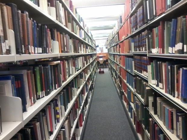 rak buku perpustakaan