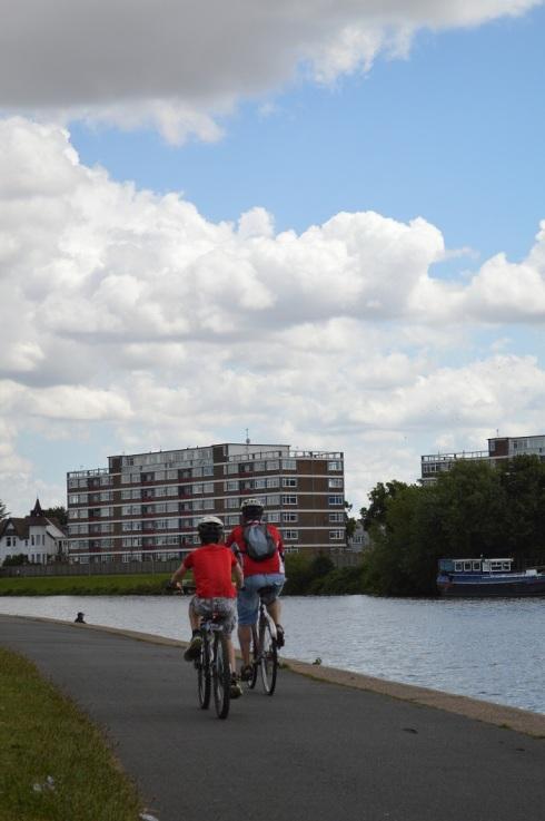 Sepedahan di Pinggir Sungai