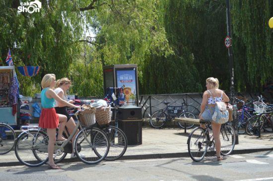 Mahasiswi Universitas Cambridge Naik Sepeda Ontel